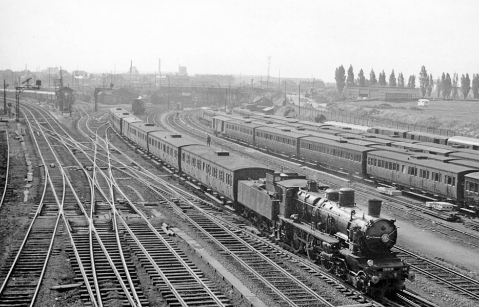 Lille Fives (Nord), 1957: view southward from the main A22 bridge, with a Nord 230D class bringing a local train on the line from St Quentin, Douai etc.: the line from Hazebrouck, St Omer and Calais is to the right, ahead and left is the main line from Valencienne, Hirson, Charleville etc.