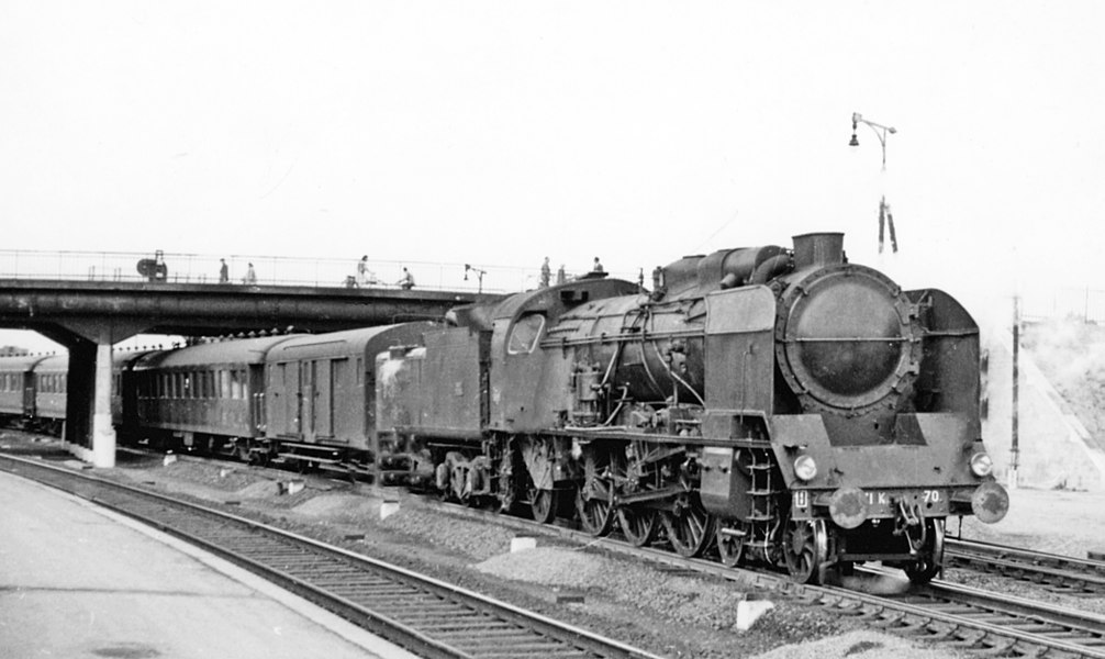 Chalons-sur-Marne (Marne), 1958: a SNCF PLM 4-6-2 is leaving on a Paris - Strasbourg express.