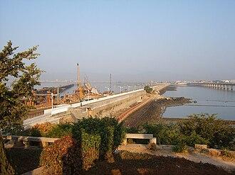 Huli District - The Gao-Ji causeway (middle), Xinglin Bridge (left) and Xiamen Bridge (right) connect Huli District with the mainland Jimei District