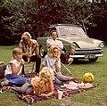 Gezin picknickt naast hun DAF - Dutch family having a picnic (4795486819).jpg