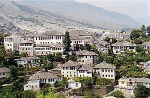 Blick auf die typischen Steingebäude Gjirokastras