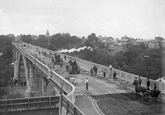 Grafton Bridge - Finishing works on the bridge in 1910.