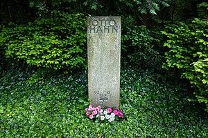 Stadtfriedhof (Göttingen) - Image: Grave of Otto Hahn at Stadtfriedhof Göttingen 2017 01