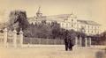 Hospital Militar Principal, numa fotografia de Augusto Xavier Moreira (c. 1865).png