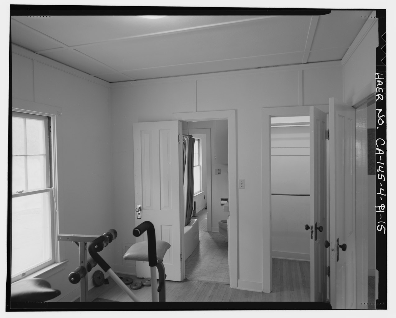 Fichier interior of bedroom no 2 showing open paneled for Bathroom traduction
