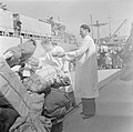 In de haven van Haifa wordt de bagage van de emigranten (oliem) van boord van he, Bestanddeelnr 255-1136.jpg