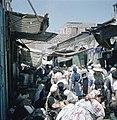 Jeruzalem Een nauwe drukke straat met winkeltjes en uitstallingen van waren op , Bestanddeelnr 255-9232.jpg