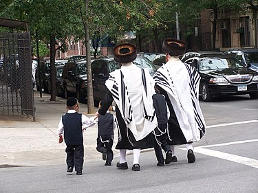 Haredim Jewish residents in Brooklyn, home to the largest Jewish community in the United States, with approximately 600,000 individuals. About 23% of the borough's population in 2011 was Jewish. Jueus ultraortodoxes satmar a brooklyn.jpg