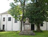 Weltkriegsdenkmal an der Stelle von Bendas ehemaliger Grabstätte vor St. Leonhard[42] (Quelle: Wikimedia)
