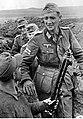 Kapitan Helmuth Ott podczas sprawdzania broni na pierwszej linii frontu wschodniego. (2-683).jpg