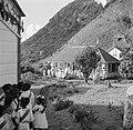 Kinderen in afwachting van het koninklijk bezoek op Saba, Bestanddeelnr 252-4108.jpg