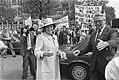 Koningin Beatrix, op de achtergrond demonstreren vrouwen van FIOM-opvanghuizen v, Bestanddeelnr 932-6062.jpg