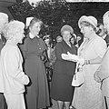 Koningin Juliana bezocht Rekkense Inrichting Hare Majesteit krijgt bloemen van D, Bestanddeelnr 917-8325.jpg