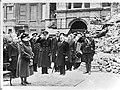 Koningin Wilhelmina tijdens het spelen van het volkslied bij een herdenkingsbije, Bestanddeelnr 900-0371.jpg