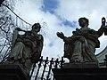 Krakov, Stare Miasto, pohled na sochy před kostelem svatého Petra a Pavla II.JPG