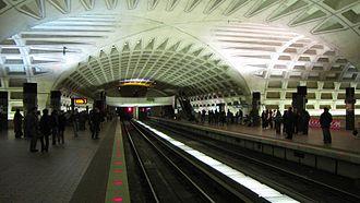 L'Enfant Plaza station - Image: L'Enfant Plaza upper level, facing outbound