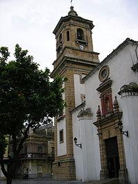La Iglesia de Nuestra Señora de la Palma de Algeciras, se pueden apreciar en la torre y la puerta los sillares de las murallas árabes reutilizados.