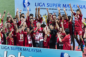 LionsXII - Captain Shahril Ishak receiving the 2013 Liga Super trophy from Singapore Prime Minister Lee Hsien Loong