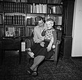 Lis Groes met één van haar kinderen, vermoedelijk Eske, op schoot, Bestanddeelnr 252-8996.jpg