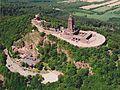Luftaufnahme von Burghof und Denkmal.jpg