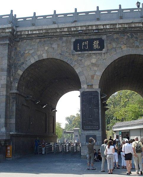 File:Luoyang groty z rzezbami wotywnymi Longmen Shiku - Smoczych Wrot i okolice 02.JPG
