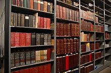 Cent ans d'annuaires de villes de Seattle et d'autres villes du comté de King stockés à la bibliothèque Sophie Frye Bass de MOHAI.
