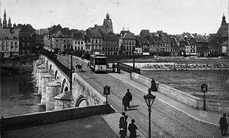Binnenstad (Maastricht) - Image: Maasbrug, overzicht, reproductie van oude foto Maastricht 20145529 RCE