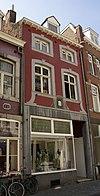foto van Huis IN DEN SPIEGEL met smallere lijstgevel, voorzien van segmentboogvensters in Naamse steen.