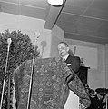 Man achter een met een tapijt bedekt katheder, Bestanddeelnr 255-8498.jpg