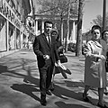 Man met stokbroden tegen de achtergrond van de Madeleine, Bestanddeelnr 254-0416.jpg