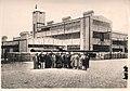 Mehmed Ali Kağıtçı Ziyaretçilerle Fabrika önünde.jpg