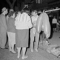 Mensen in groepjes op straat, ze bekijken feestartikelen, Bestanddeelnr 255-1927.jpg