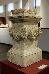 Autel sculpté découvert au chevet de la cathédrale Saint-Etienne (Ra 8)