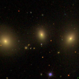 NGC 3163 (links), NGC 3159 (rechts), en NGC 3161