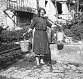 """Nošenje vode - """"podna na poverku"""". Angela Paušin, Robidišče 11 - pri Mjutnik 1951.jpg"""