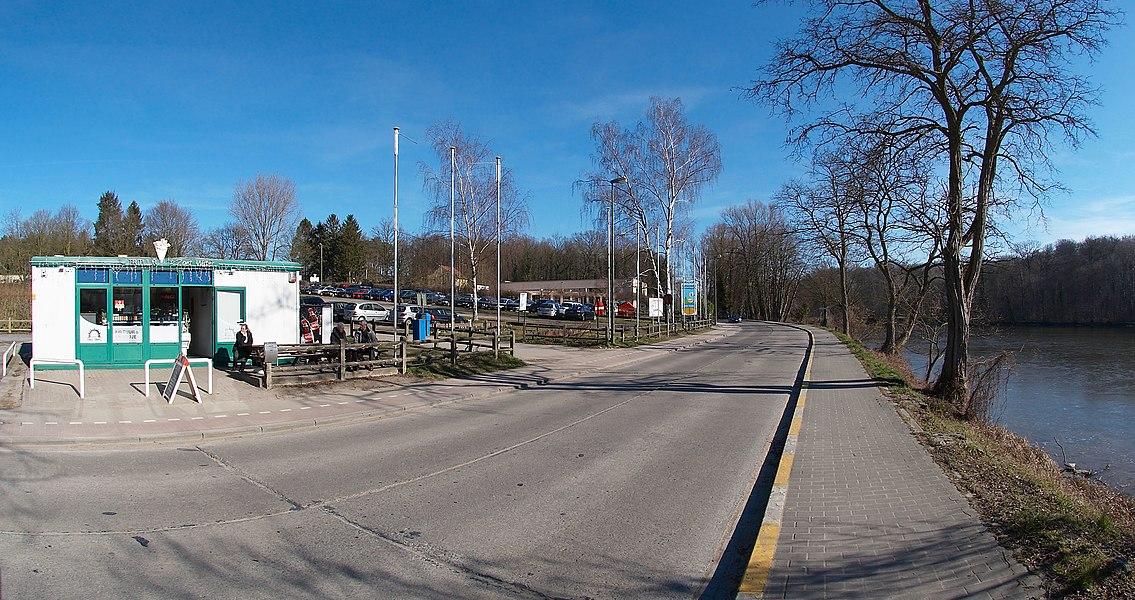 Maurits Noëstraat, Zoet Water, Oud-Heverlee, België in de buurt van een frituur en restaurant Zoete Bron. Kijkrichting oost.    Camera location  50°49′23.4″N, 4°39′21.7″E  View this and other nearby images on: OpenStreetMap - Google Earth    50.823167;    4.656028