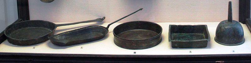 File:Padelle e imbuto di epoca romana (I sec. d.C.).jpg