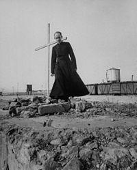 Priester Alfonso Hurtado Galvis am Ort der Tragödie (1956)