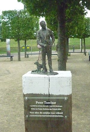 Hindeloopen - Memorial statue of Peter Tazelaar in Hindeloopen