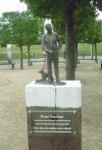Hindeloopen - Memorial statue of Peter Tazelaar in Hindeloopen