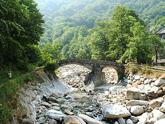 Cervo (river) - The old bridge at Piedicavallo in the Valle del Cervo