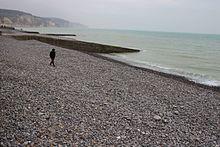 Plage de Pourville, marcheur isolé un après-midi hivernal.jpg