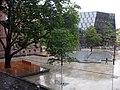 Platz der Alten Synagoge in Freiburg im Regen, Blick vom Kollegiengebäude II, hinter dem Synagogenbrunnen die Universitätsbibliothek 3.jpg