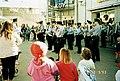 Poliisien soittokunta viihdyttää ihmisiä Kukanpäivän juhlassa Kontulan ostoskeskuksessa - N262330 (hkm.HKMS000005-km0036qi).jpg