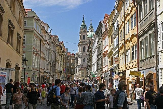 640px-Prague_crowd_Mal%C3%A1_Strana.jpg