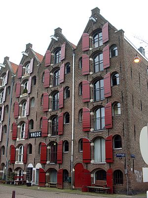 Rijksdienst voor het Cultureel Erfgoed - Prinseneiland 83, Amsterdam. Restored former warehouses for the trade with the Baltic  have been converted into apartments.
