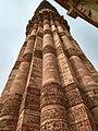 Qutub minar bottom-up view.jpg