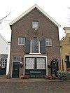 foto van Pakhuis met puntgevel, getoogd poortje en getoogd hijsluik