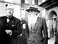 Ramón Otero Pedrayo e Ramón María del Valle-Inclán na Praza Maior de Ourense en 1935.jpg