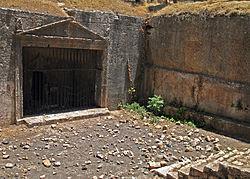 הכניסה למערת הקבורה